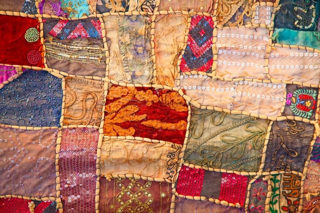 Textilien auf einem Markt in Dubai