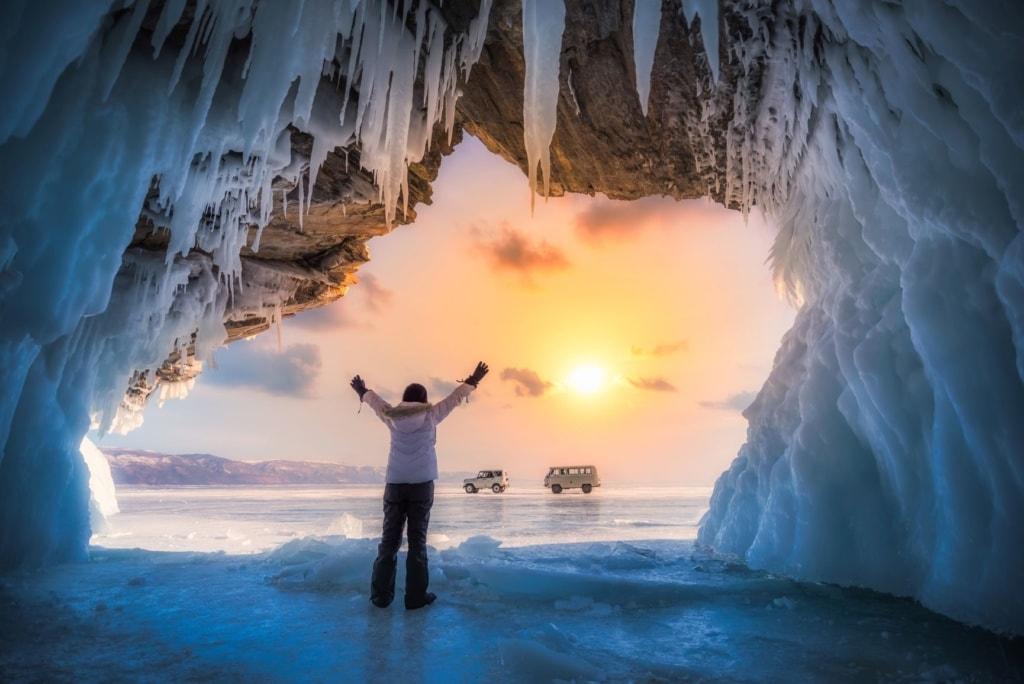 Tourist im Winter auf dem zugefrorenen Baikalsee