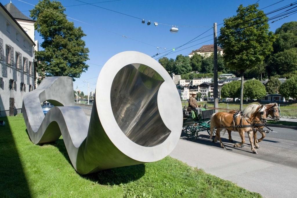 roßformatige Skulptur aus Edelstahl von Manfred Wakobinger in Salzburg