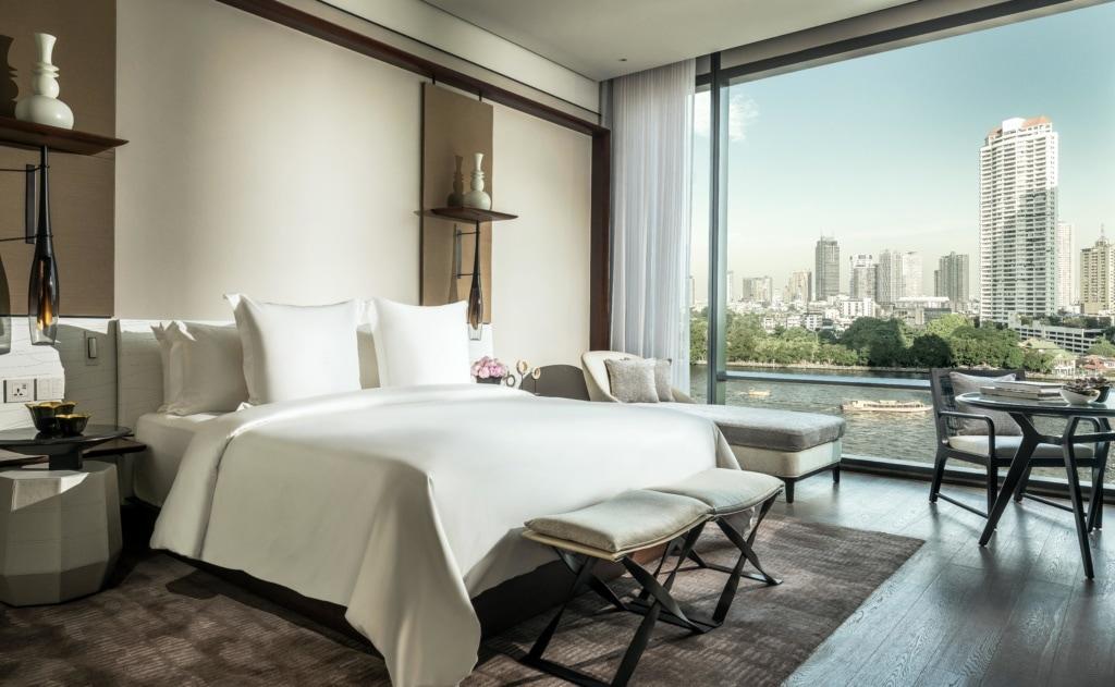 Bett im Hotelzimmer in Bangkok mit Blick auf den Fluss