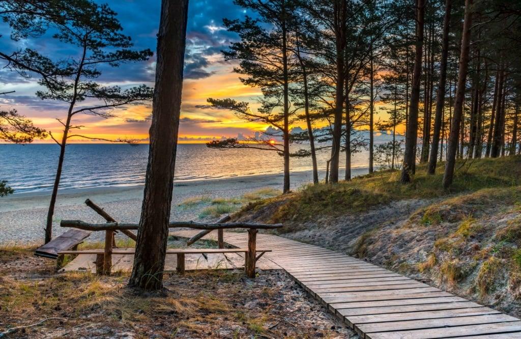 Weg in Jurmala, der zum Strand führt