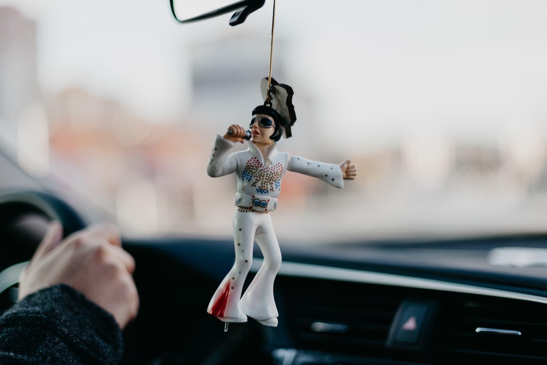 Elvis-Figur hängt in Auto