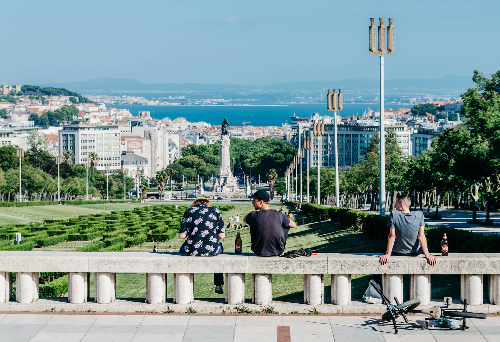 Jugendliche in einem Park in Lissabon