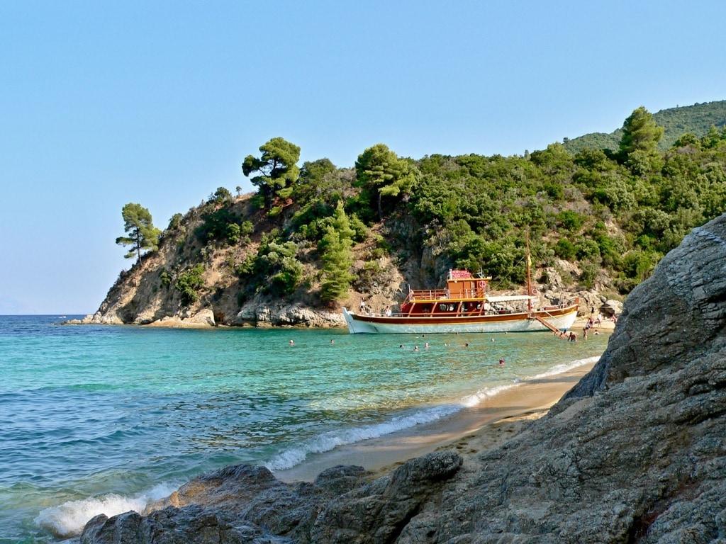 Strand Sarti chalkidiki Griechenland mit Boot und Schwimmern