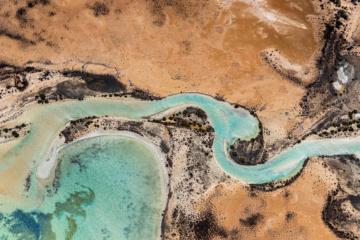 Türkisfarbener Fluss fließt durch Landschaften in Westaustralien