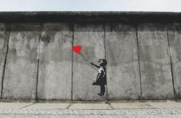 Street Art Berliner Mauer: Mädchen mit Herz-Luftballon