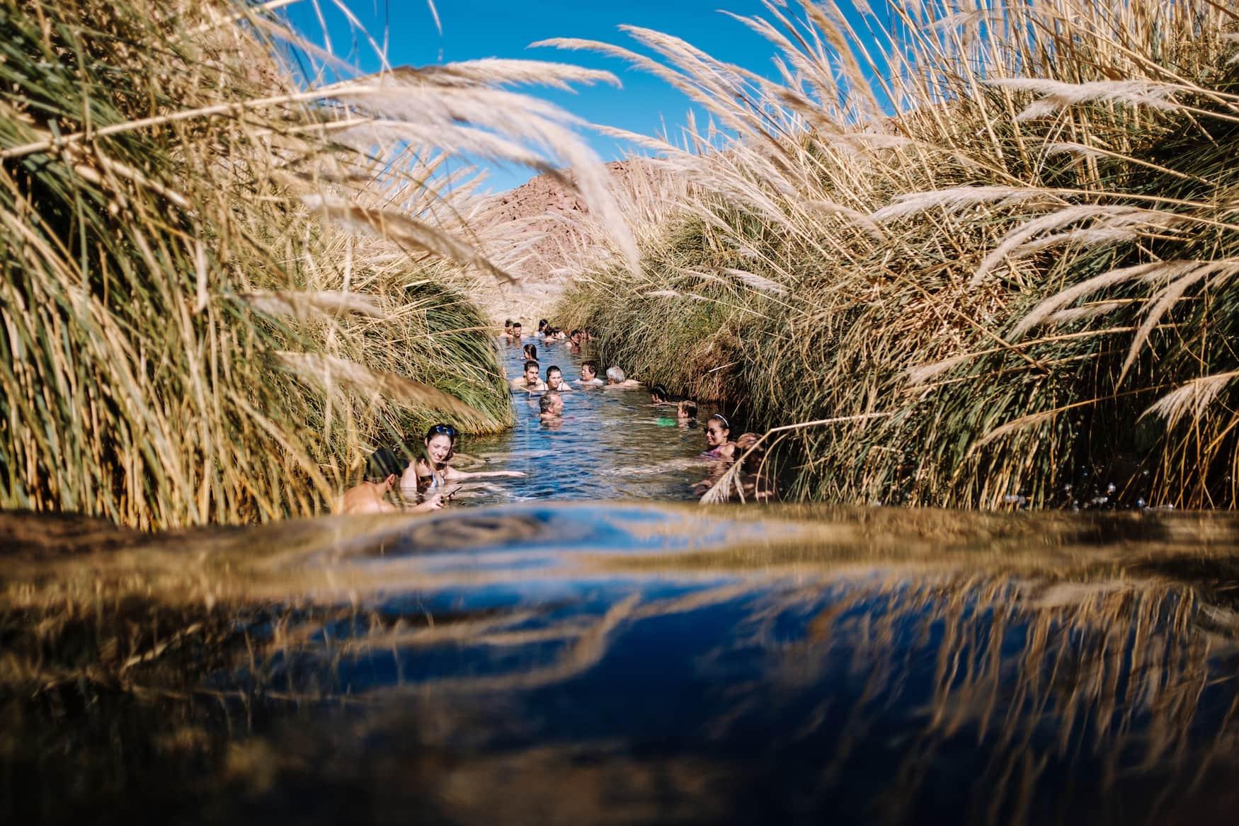 Menschen baden im Fluss