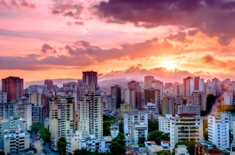 Sonnenuntergang mit Blick auf die Skyline in Caracas, Venezuela