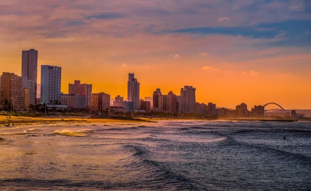 Strand und Hochhäuser in Durban, Südafrika