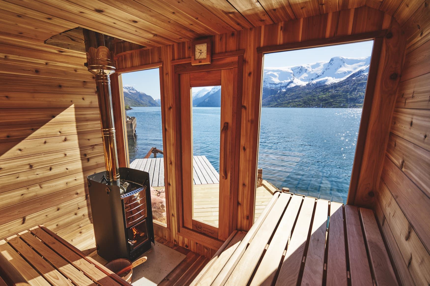 Sauna in norwegischer Landschaft it Blick aufs Fjord