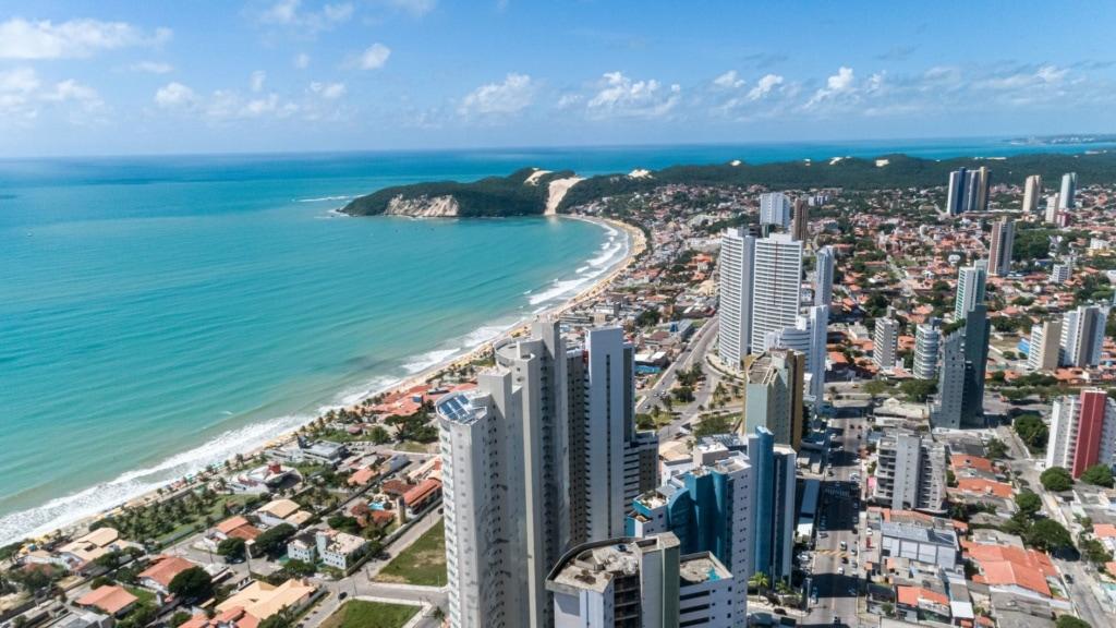 Hochhäuser und Strand in Natal, Brasilien