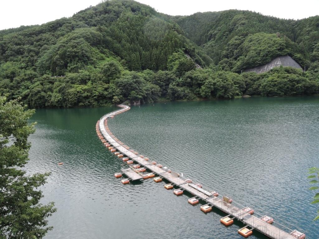 Mugiyama-Ukihashi-Brücke im Okutama-Stausee