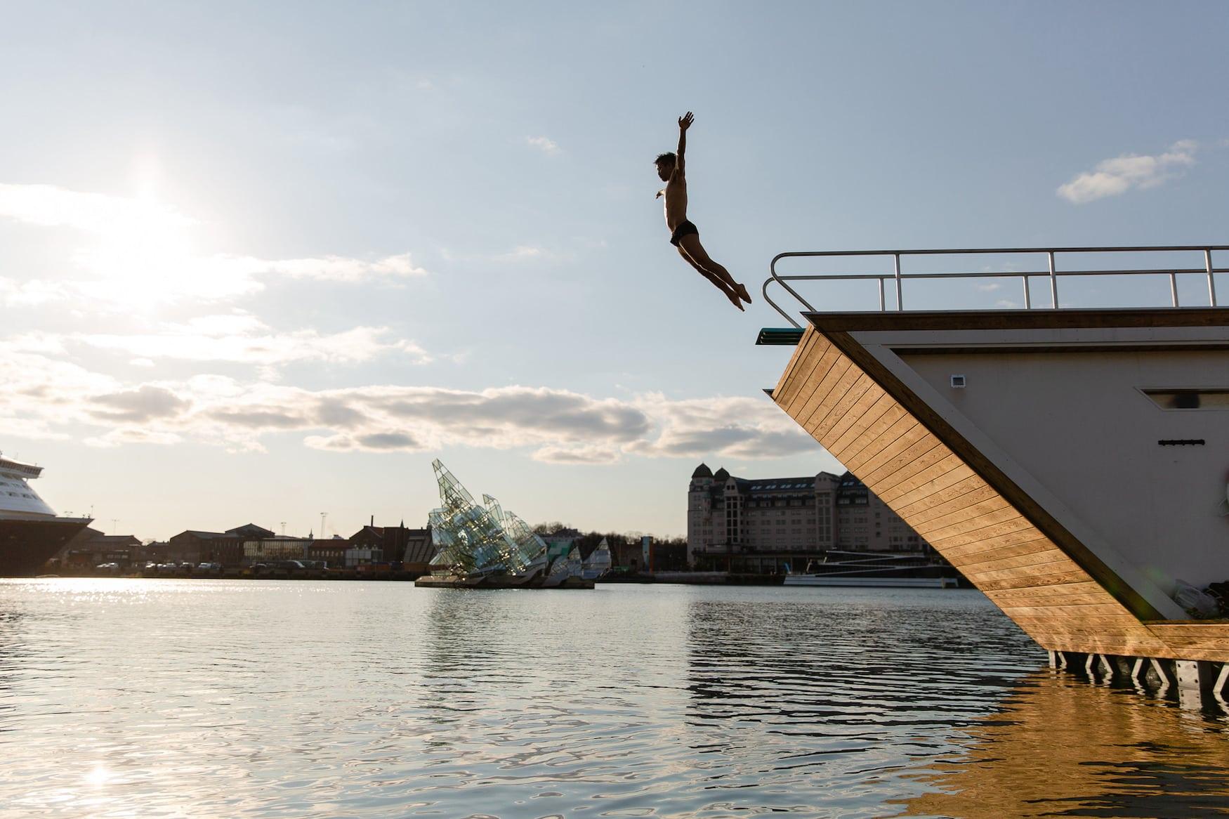 Mann springt von Sauna in Oslo ins Wasser