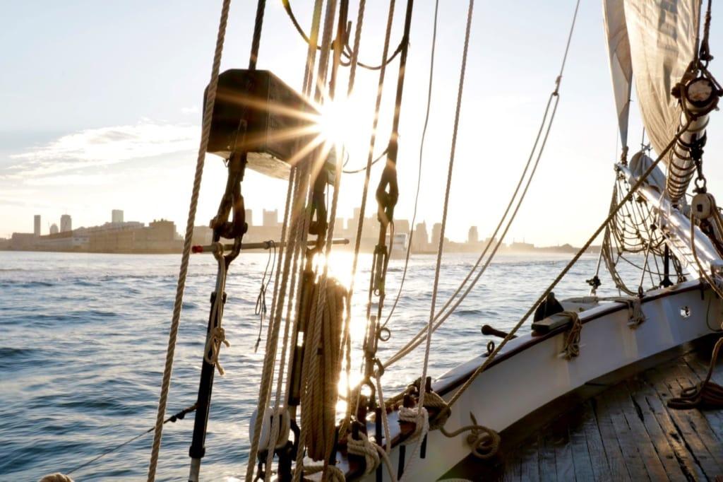 Blick auf Boston von einem Segelboot aus