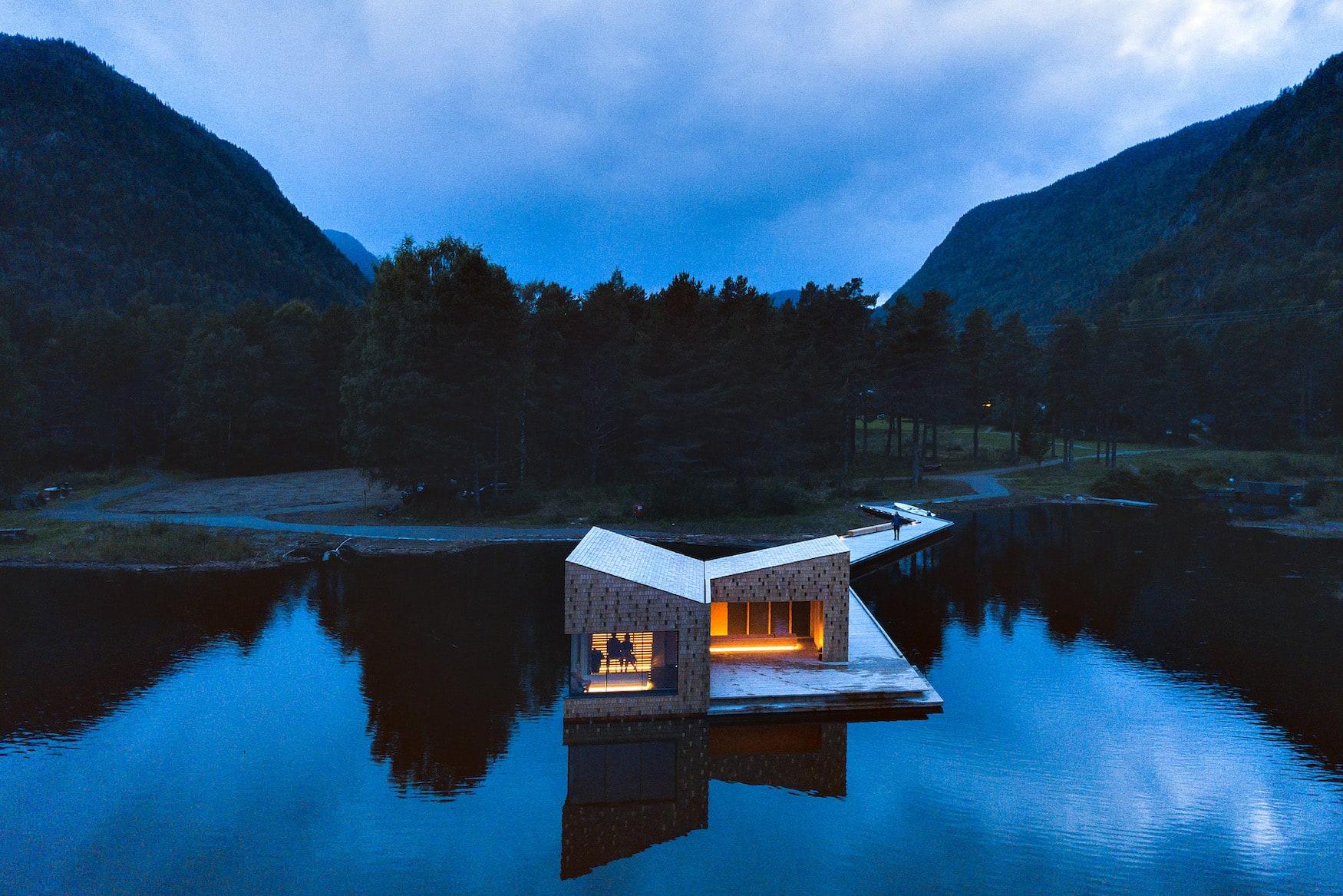 Sauna in Norwegen: Die Soria Moria Sauna in Telemark ist Teil einer Kunst-Installation und leuchtet bei Nacht