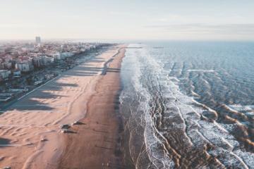 Blick auf Strand in Rimini aus der Luft