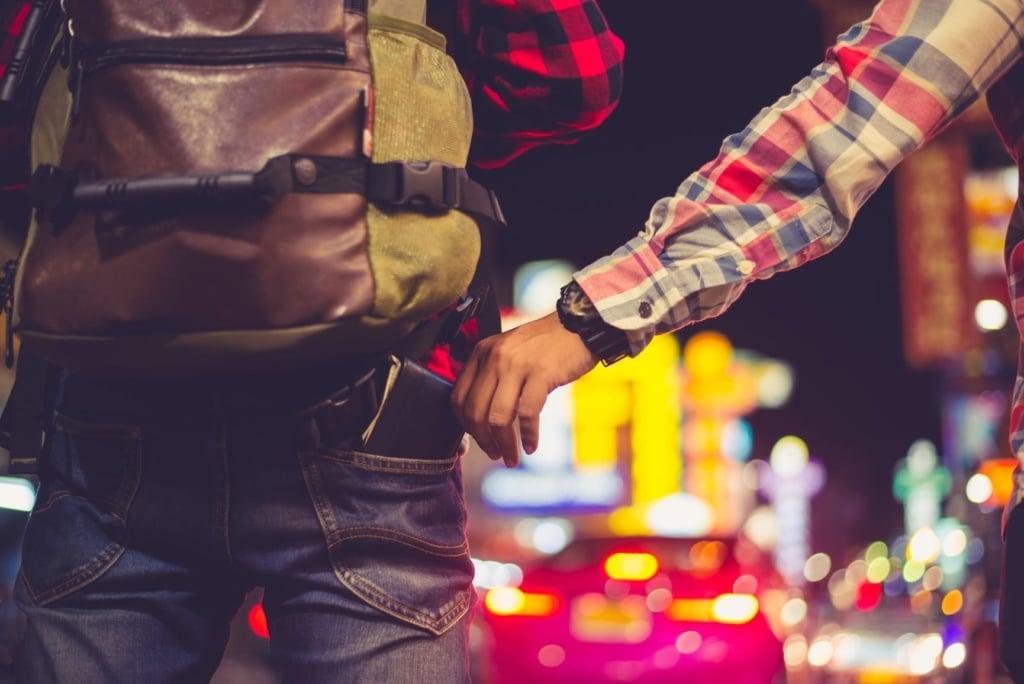 Taschendieb entwendet Geldbörse aus Hose eines Backpackers