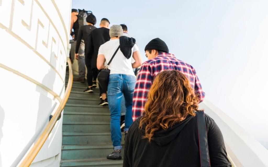 Touristen im Griffith Observatory in L.A. steigen Treppen hinauf