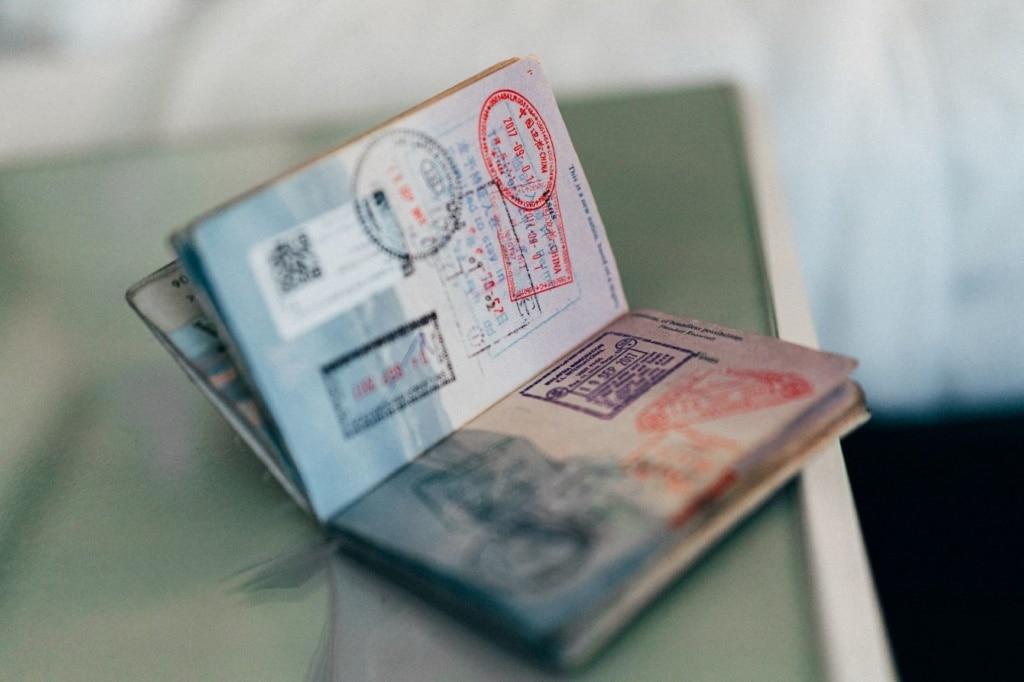 Seiten voller Stempel in einem Reisepass
