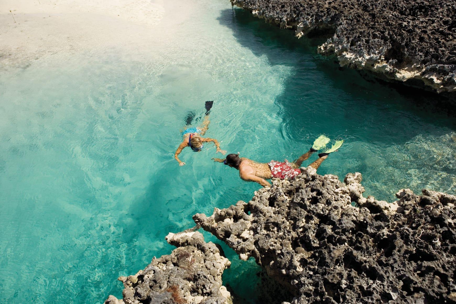 Reisende Schnorcheln während Inselhüpfen auf den Bahamas