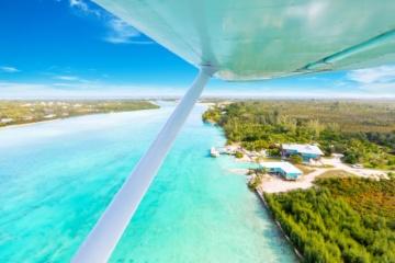 Wasserflugzeug fliegt über die Inseln der Bahamas