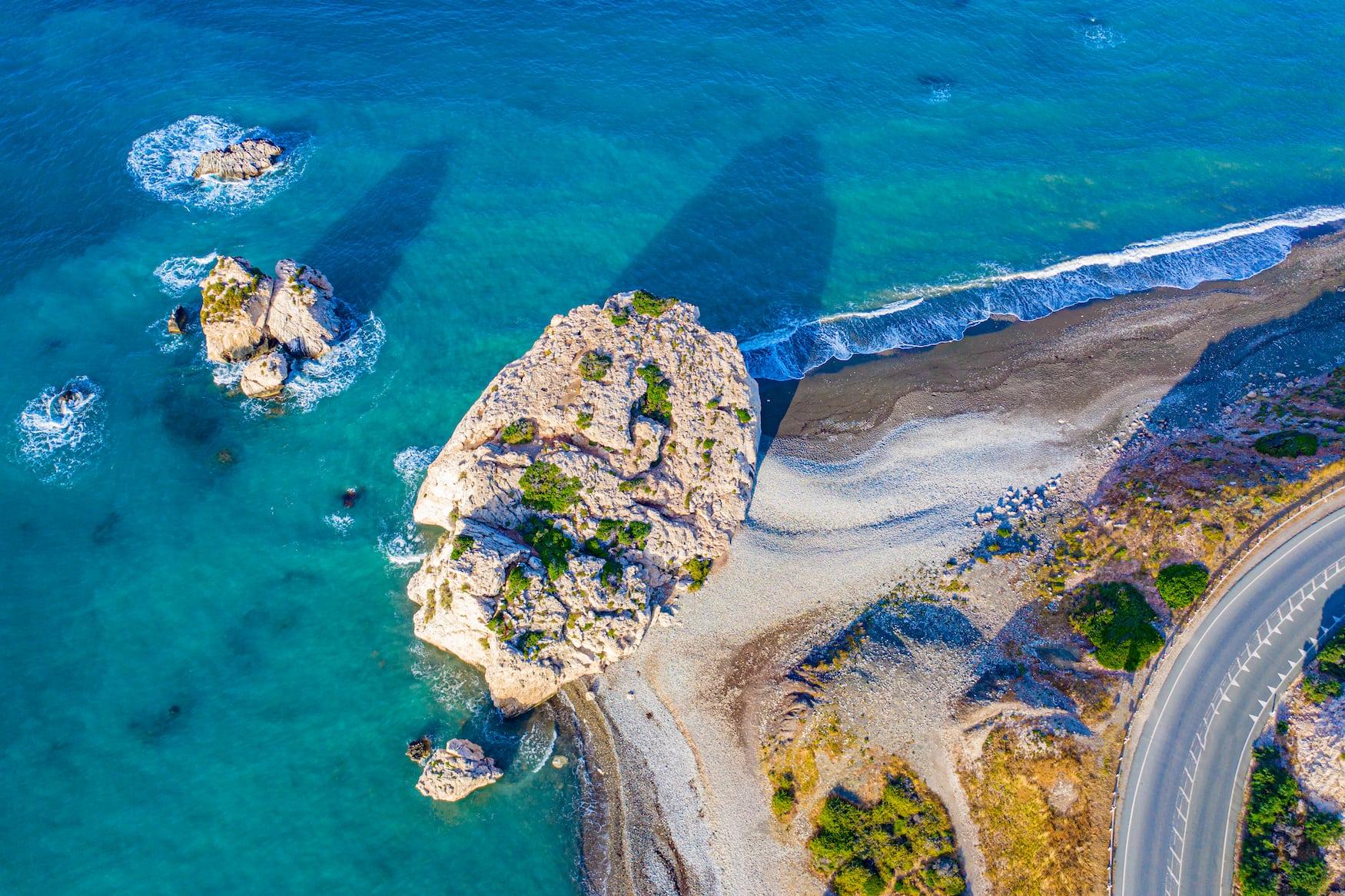 Einer unserer Zypern Reisetipps ist definitiv der Besuch des Aphrodite Felsens im Mittelmeer