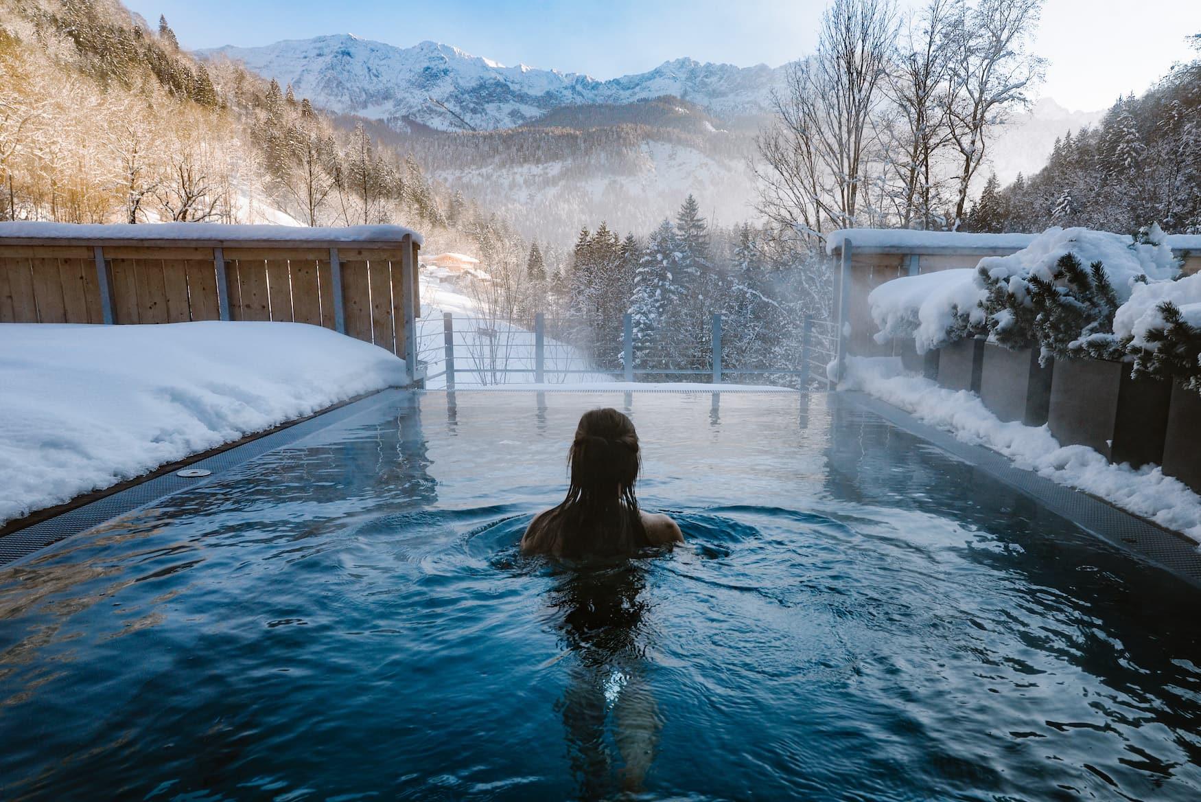 Mädchen im Außenpool eines Wellnesshotels in Garmisch-Patenkirchen