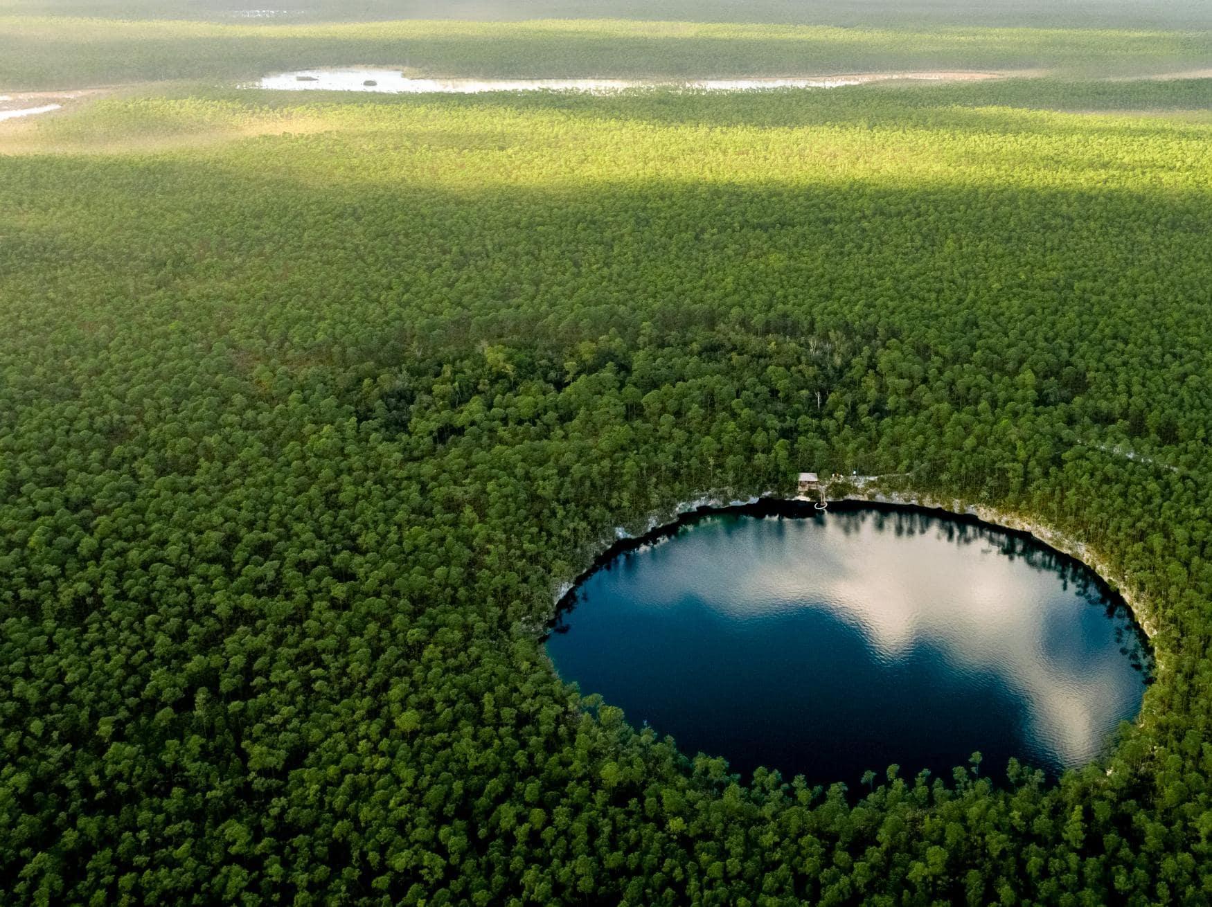 Blue Hole auf Andros, einer Insel der Bahamas