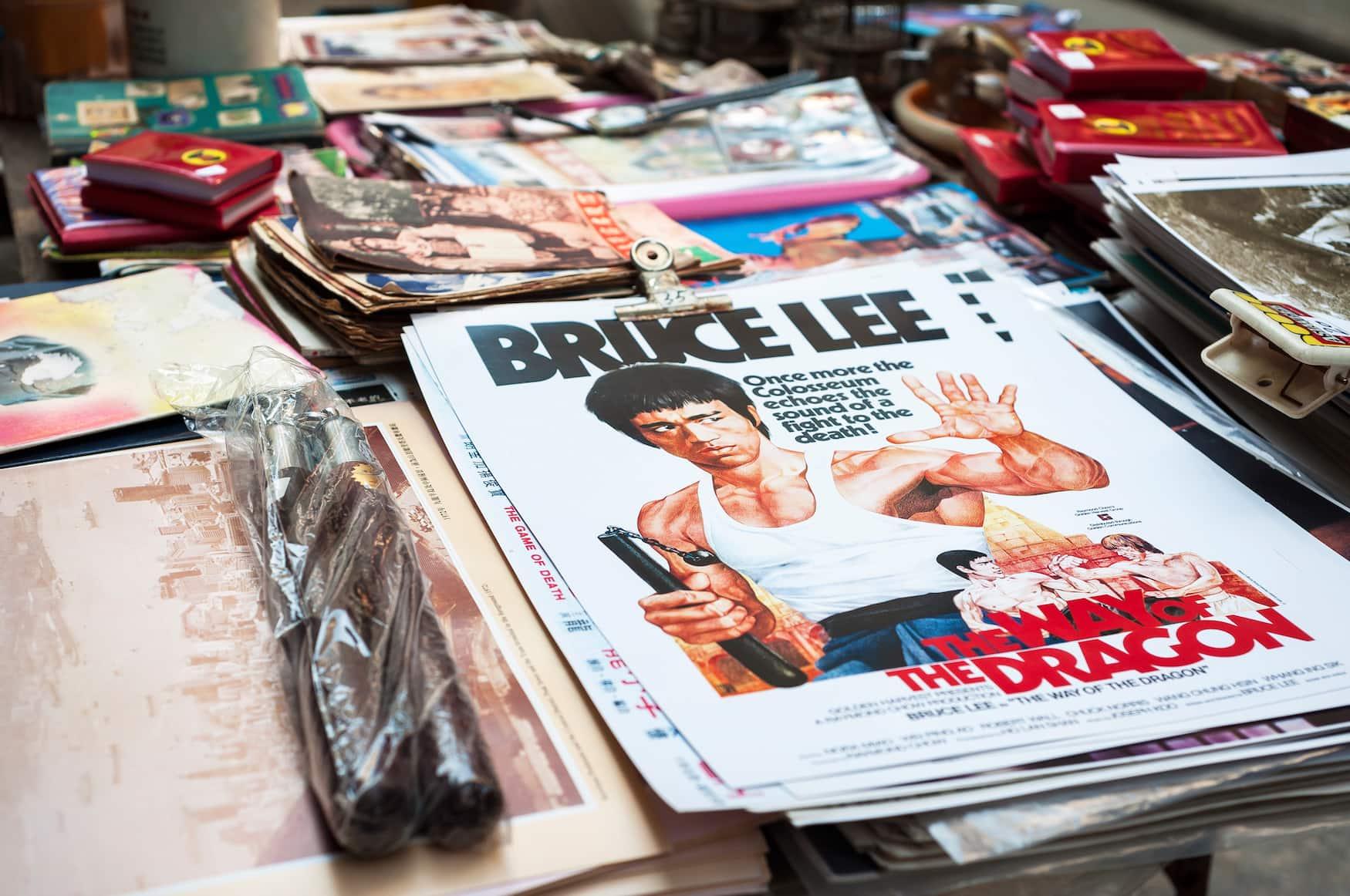 Bruce Lee Poster wird auf Upper Lascar Row Straßenmarkt in Hongkong verkauft