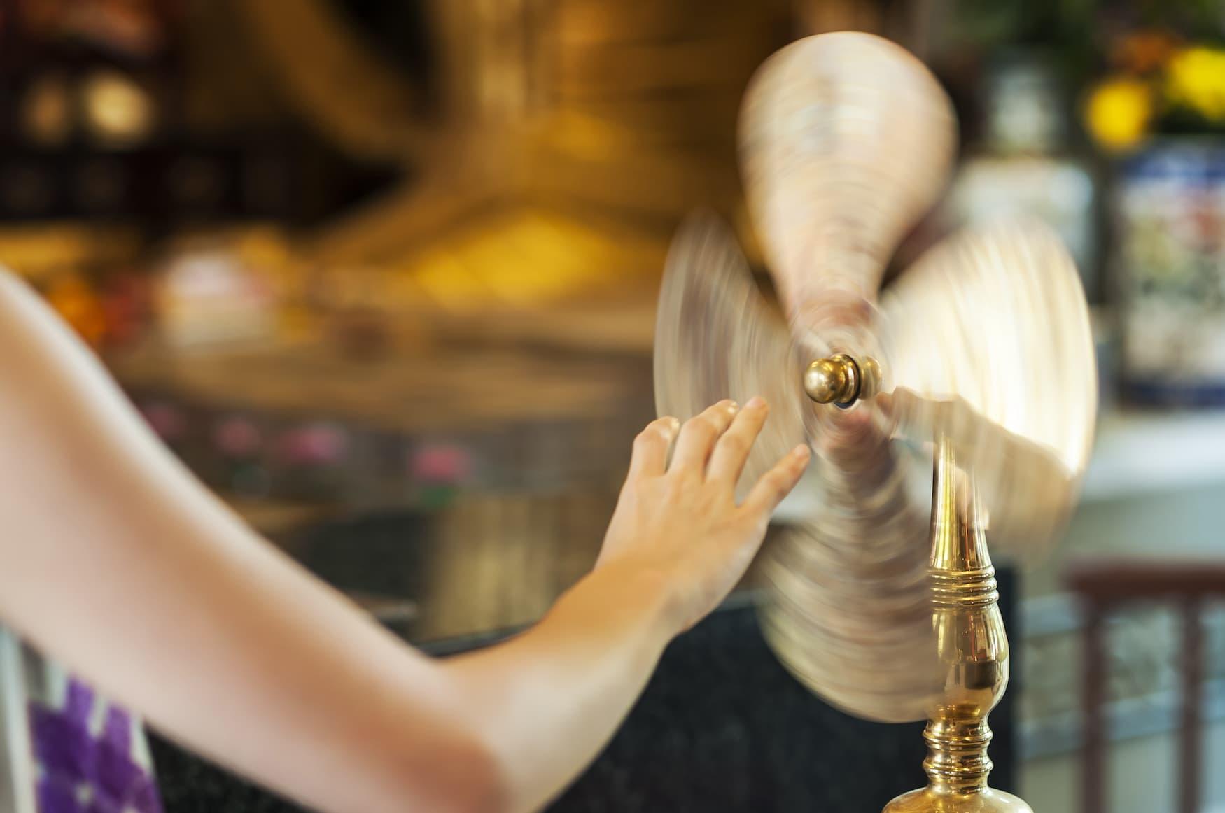 Frau dreht an Glücksrad in Che Kung Temple in Hongkong im Jahr des Büffels für Glück
