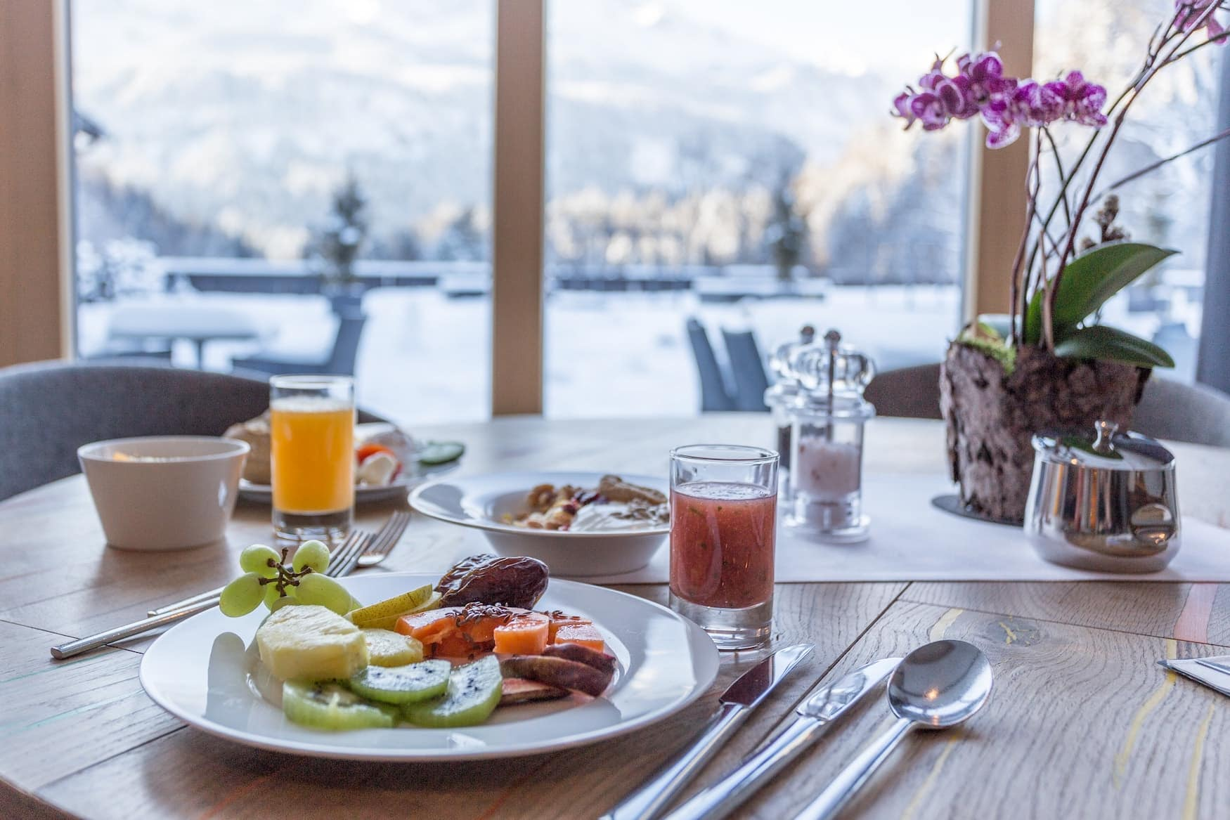 Gedeckter Frühstückstisch mit Obst und Säften im Graseck Wellnesshotel