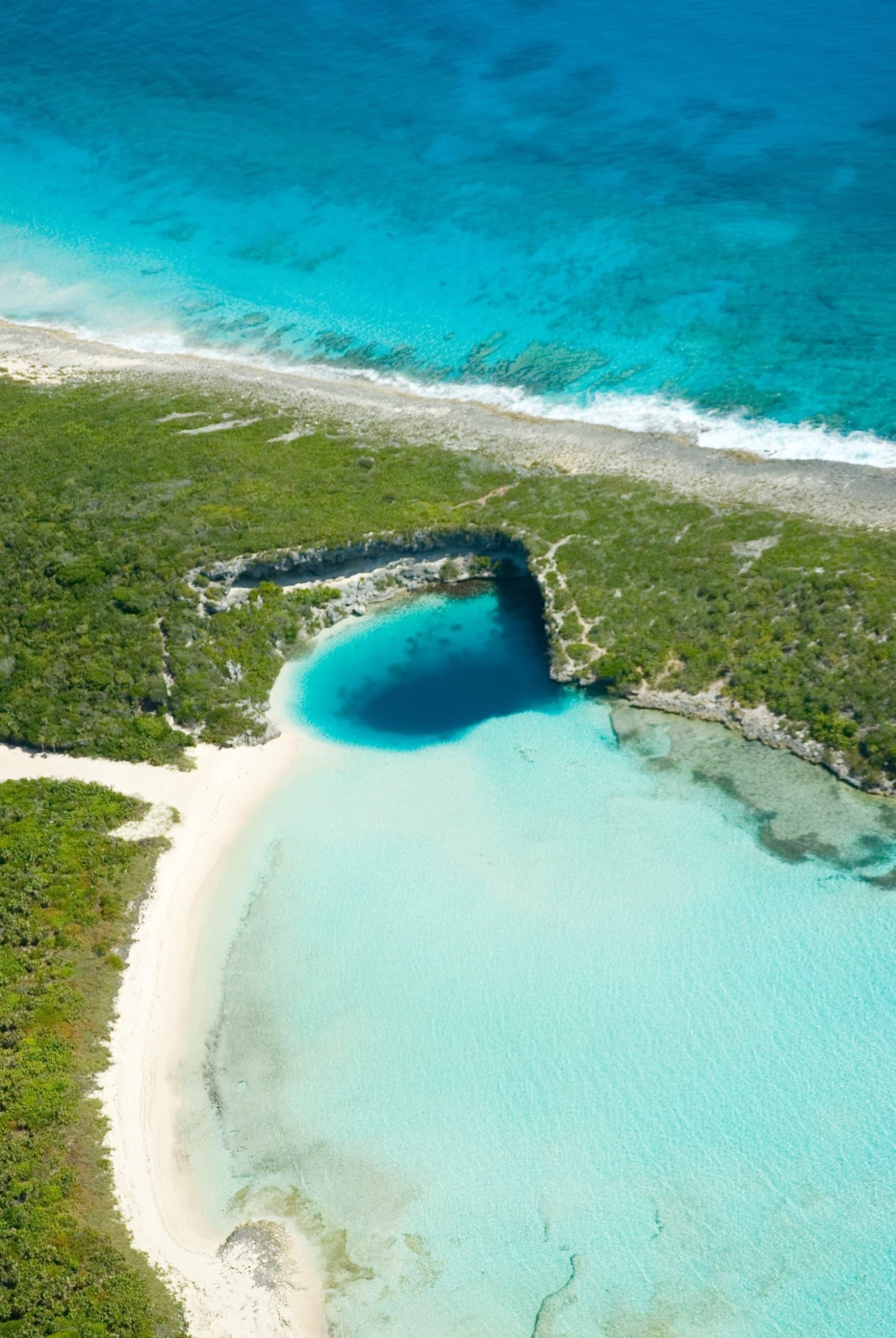 Deans Blue Hole: Ein türkisfarbenes Wasserloch kurz vor der Küste einer Bahamas-Insel