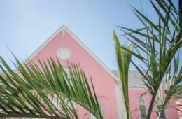 Pastellfarbene Hauswand in Nassau, Bahamas, Kolonialarchitektur