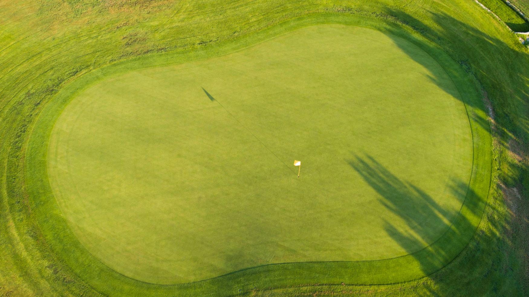 Grüner Golfplatz auf Zypern