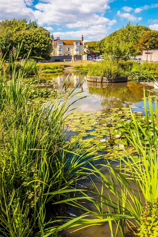 Blick über einen Teich vor dem Kipling's House in Rottingdean