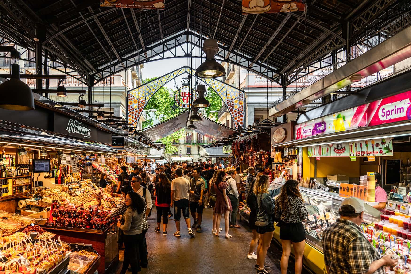 Menschen spazieren durch Markthalle in Barcelona