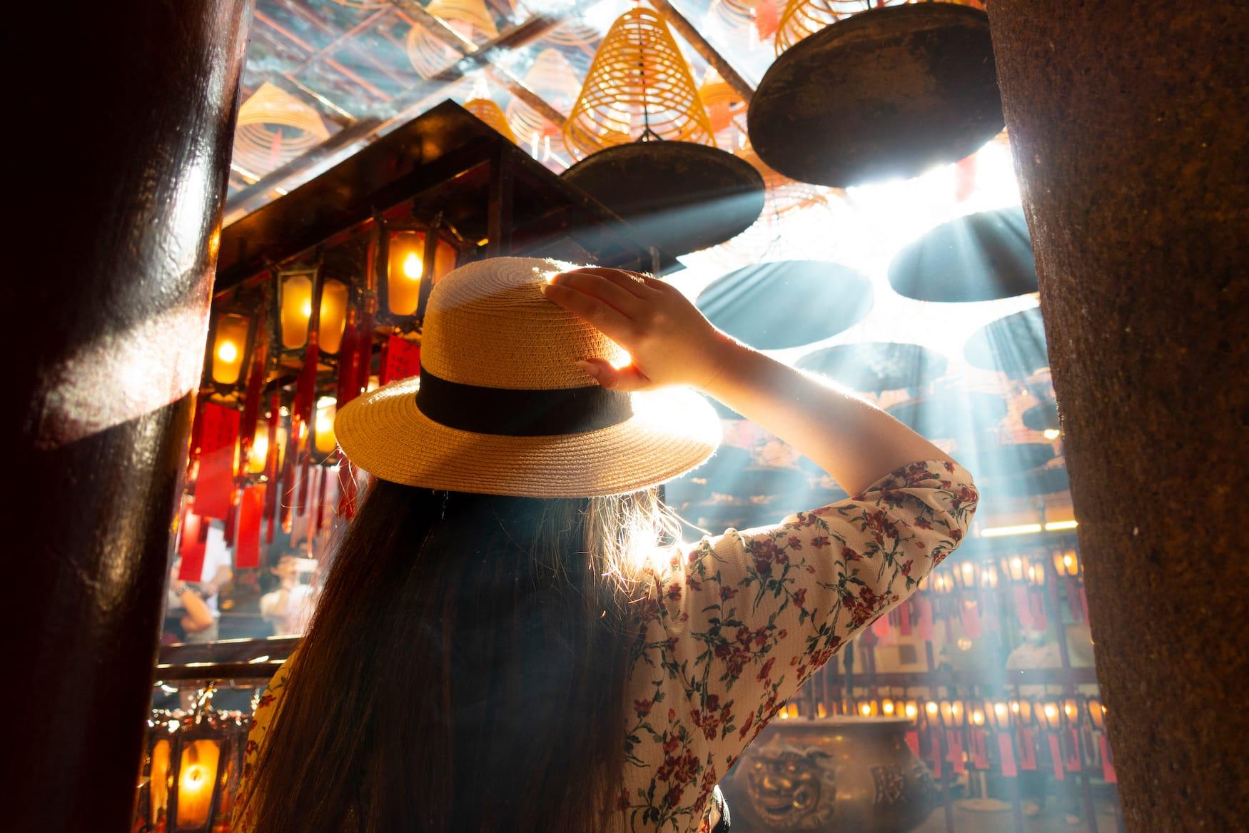 Touristin in Tempel in Hongkong zum chinesischen Neujahrsfest im Jahr des Büffels