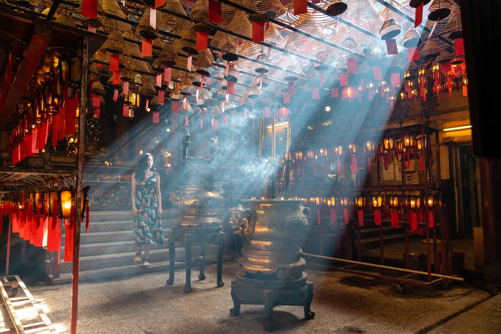 Man Mo Tempel in Hongkong. Hierher pilgern Menschen im Jahr des Büffels für Glück und gute Noten.