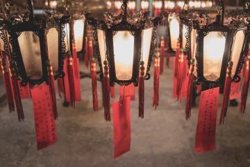 Chinesische Laternen hängen in Tempel in Hongkong