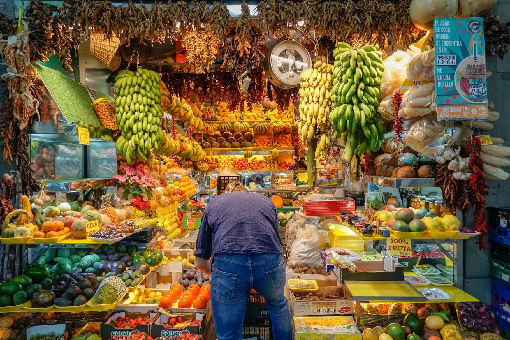 Tropische Früchte an Marktstand in Las Palmas de Gran Canaria
