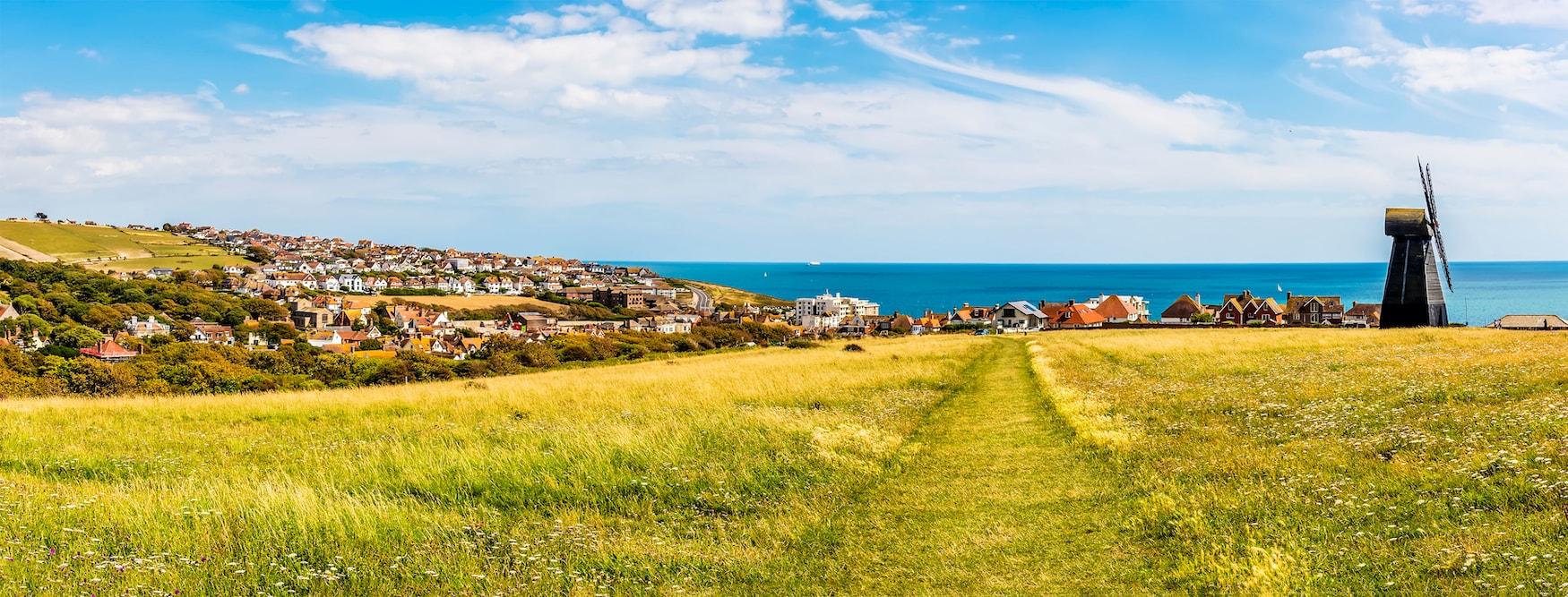 Panoramasicht auf den Ort Rottingdean an der Küste in Brighton