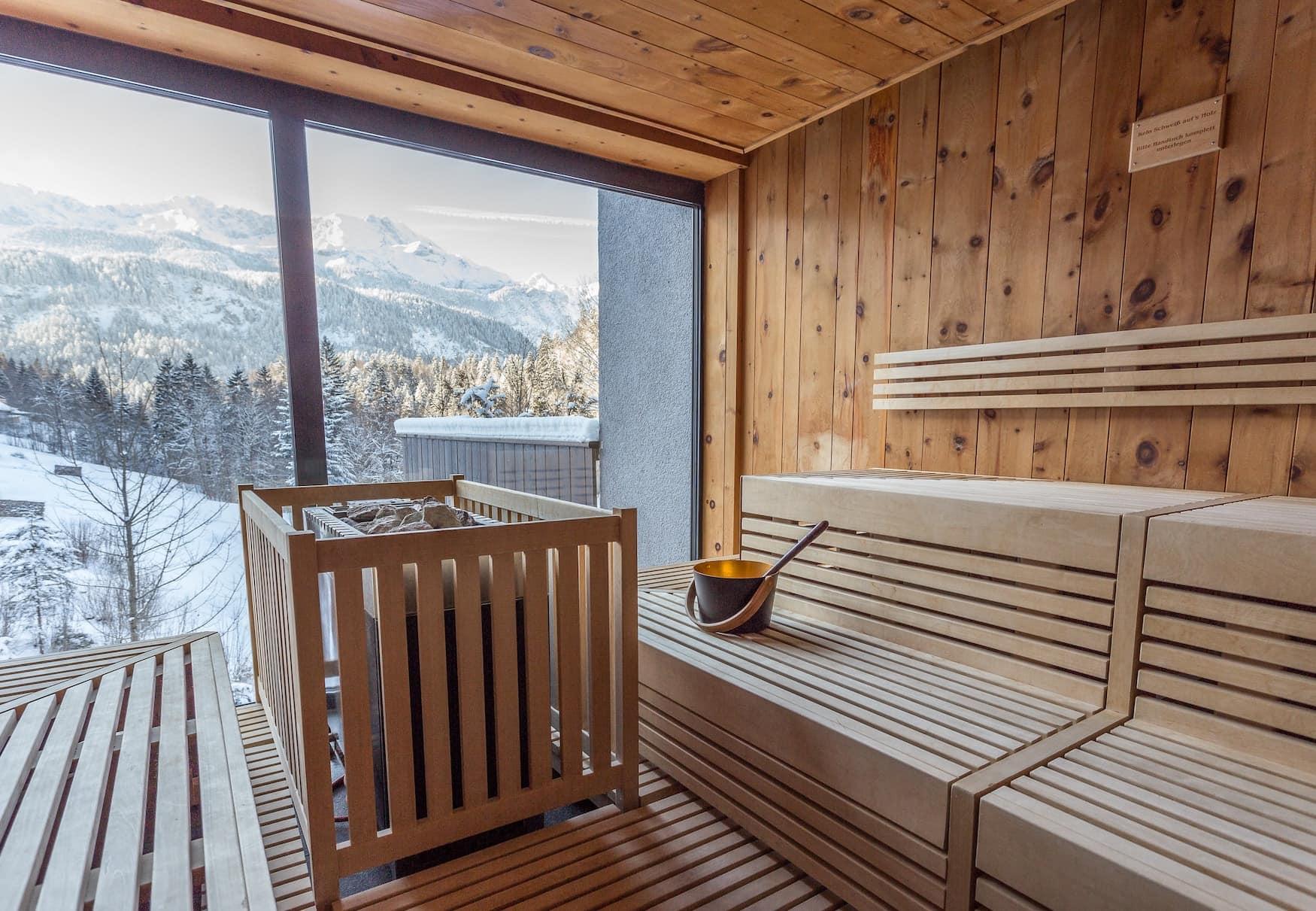Sauna im Hotel das Graseck mit Blick auf verschneites Wettersteingebirge