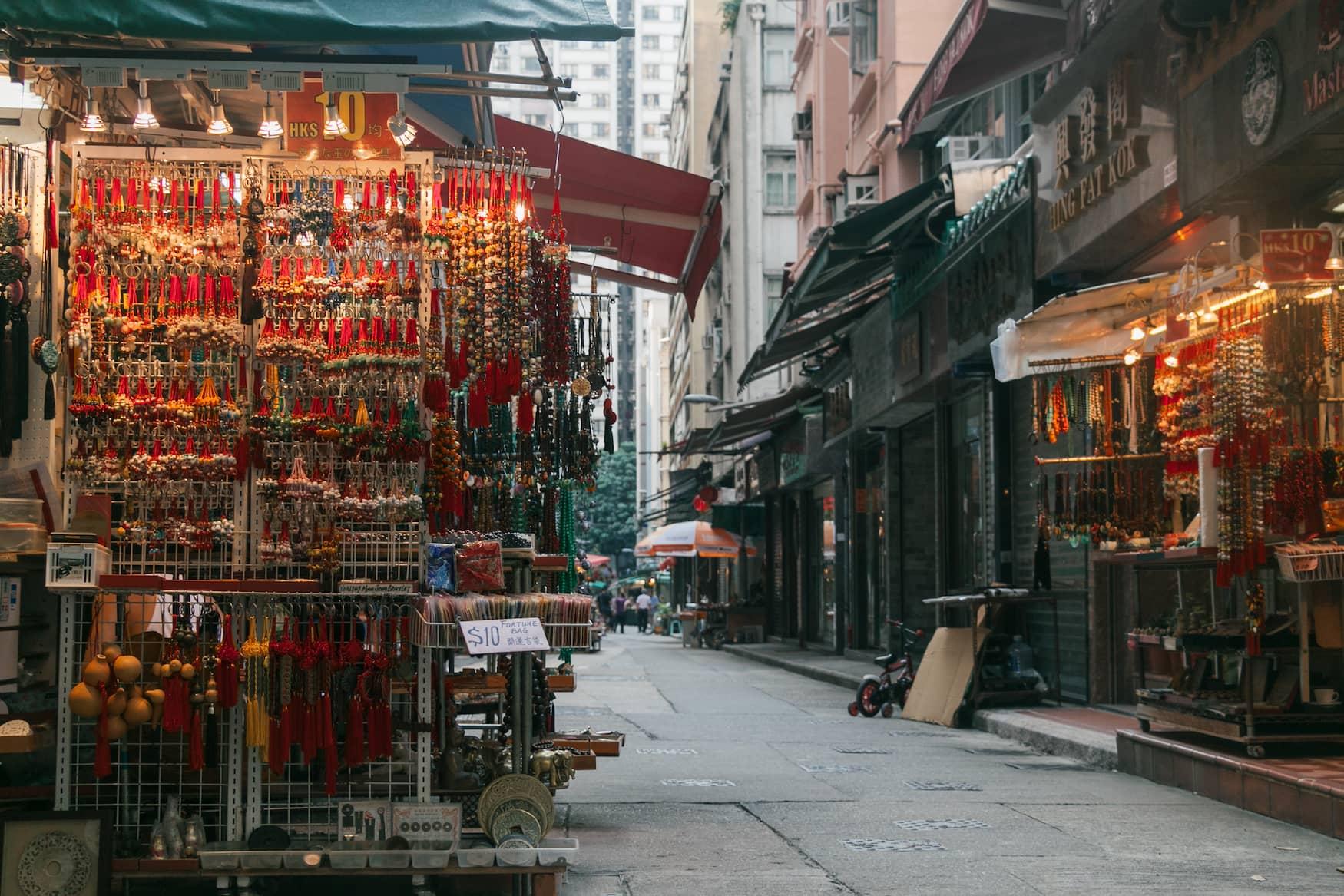 Im Jahr des Büffels lohnt sich ein Ausflug auf den Upper Lascar Row Straßenmarkt in Hongkong
