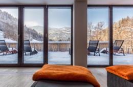 Wellnessbereich mit Aussicht auf verschneite Landschaft