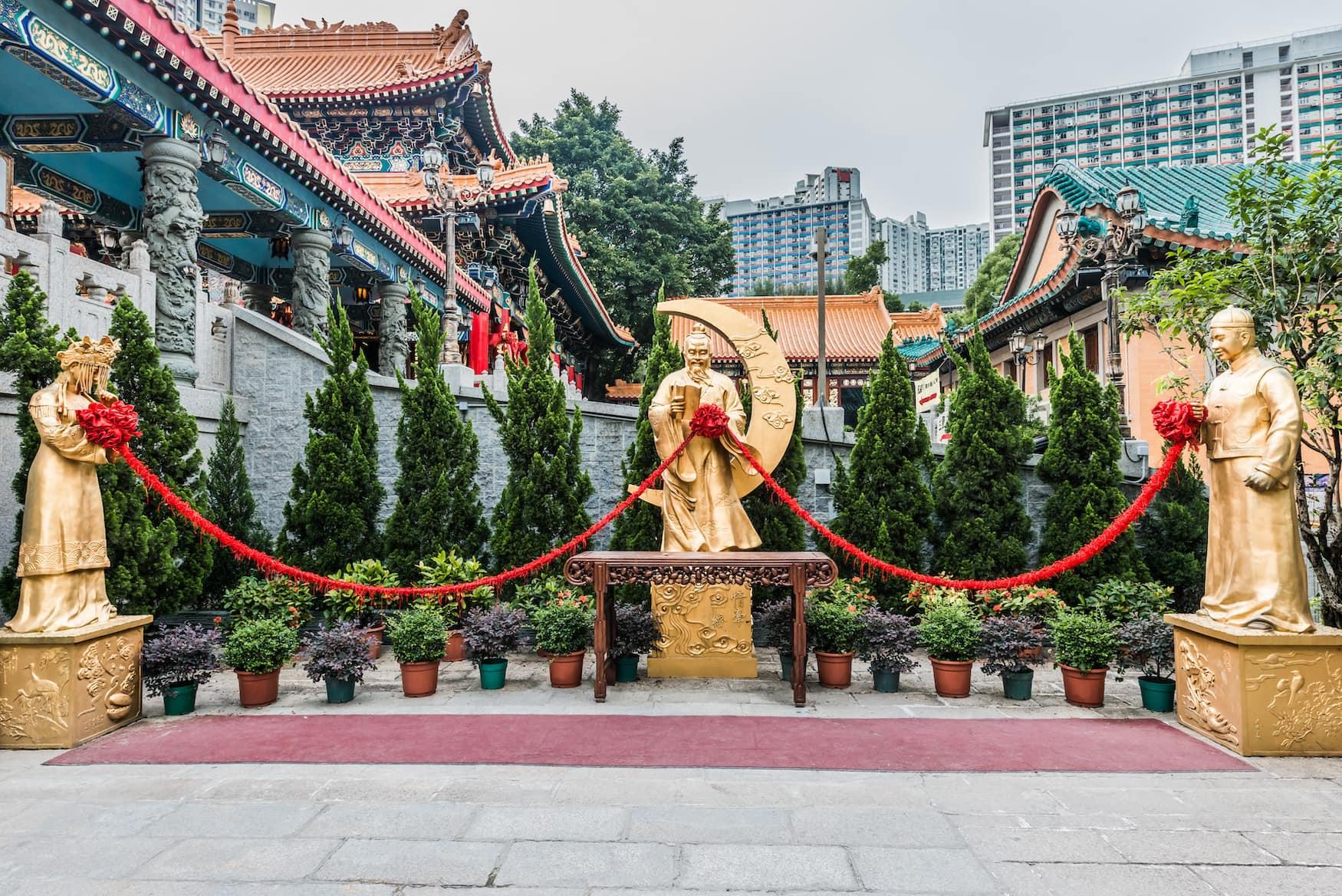 Goldene Statuen am Wong Tai Sin Tempel in Hongkong