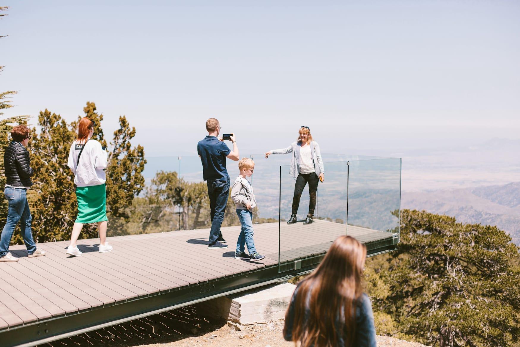 Menschen stehen auf Aussichtsplattform om Troodos Nationalpark auf Zypern und machen Fotos