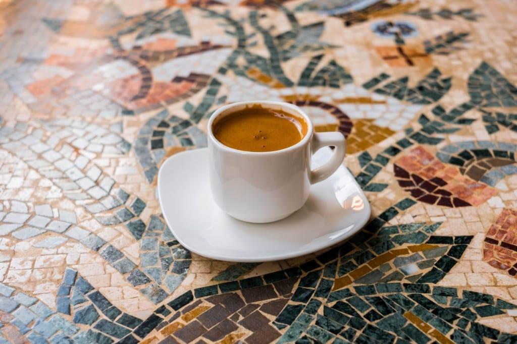 Kaffee auf Mosaiktisch
