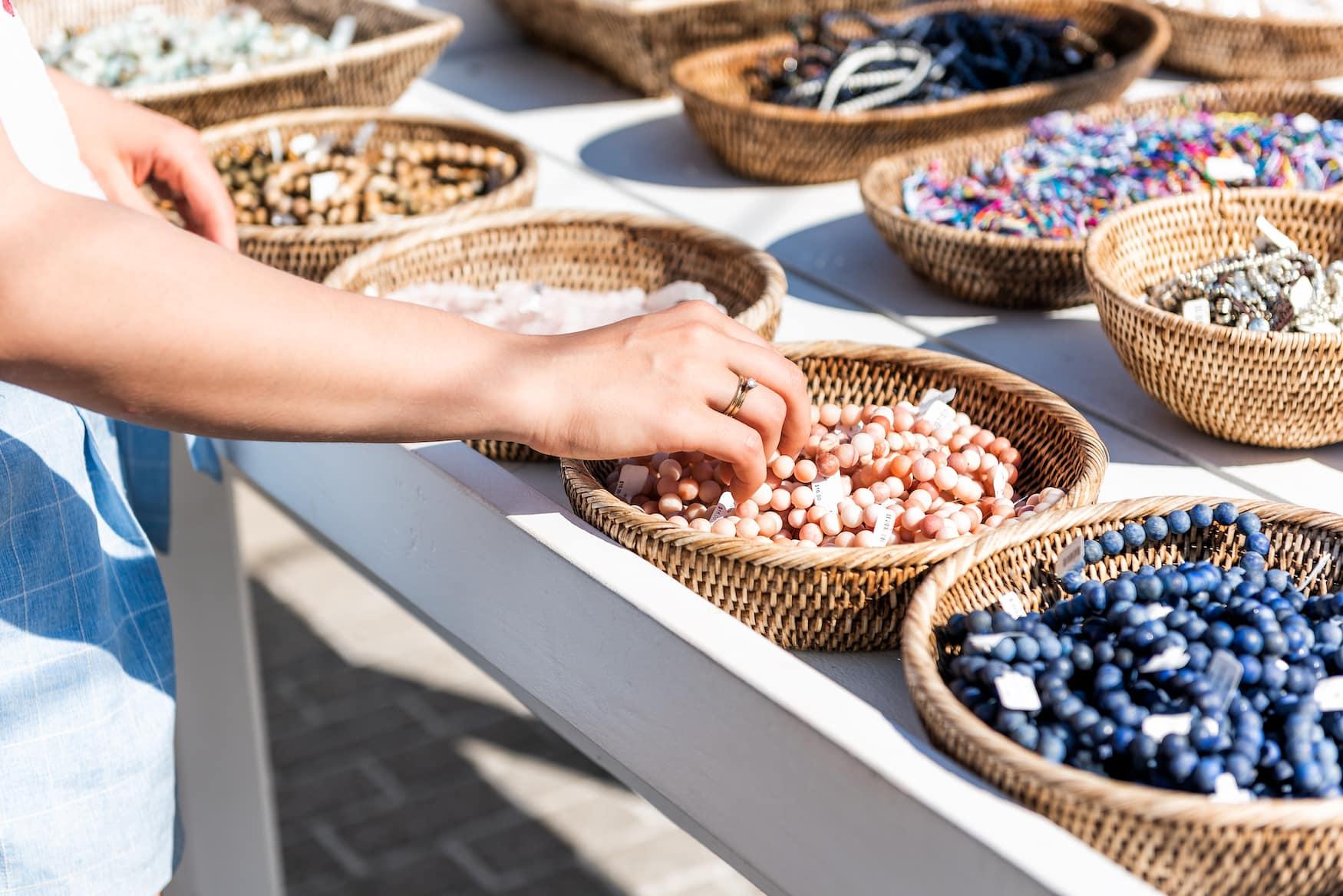 Frau shoppt Armbänder auf einem Markt auf Zypern