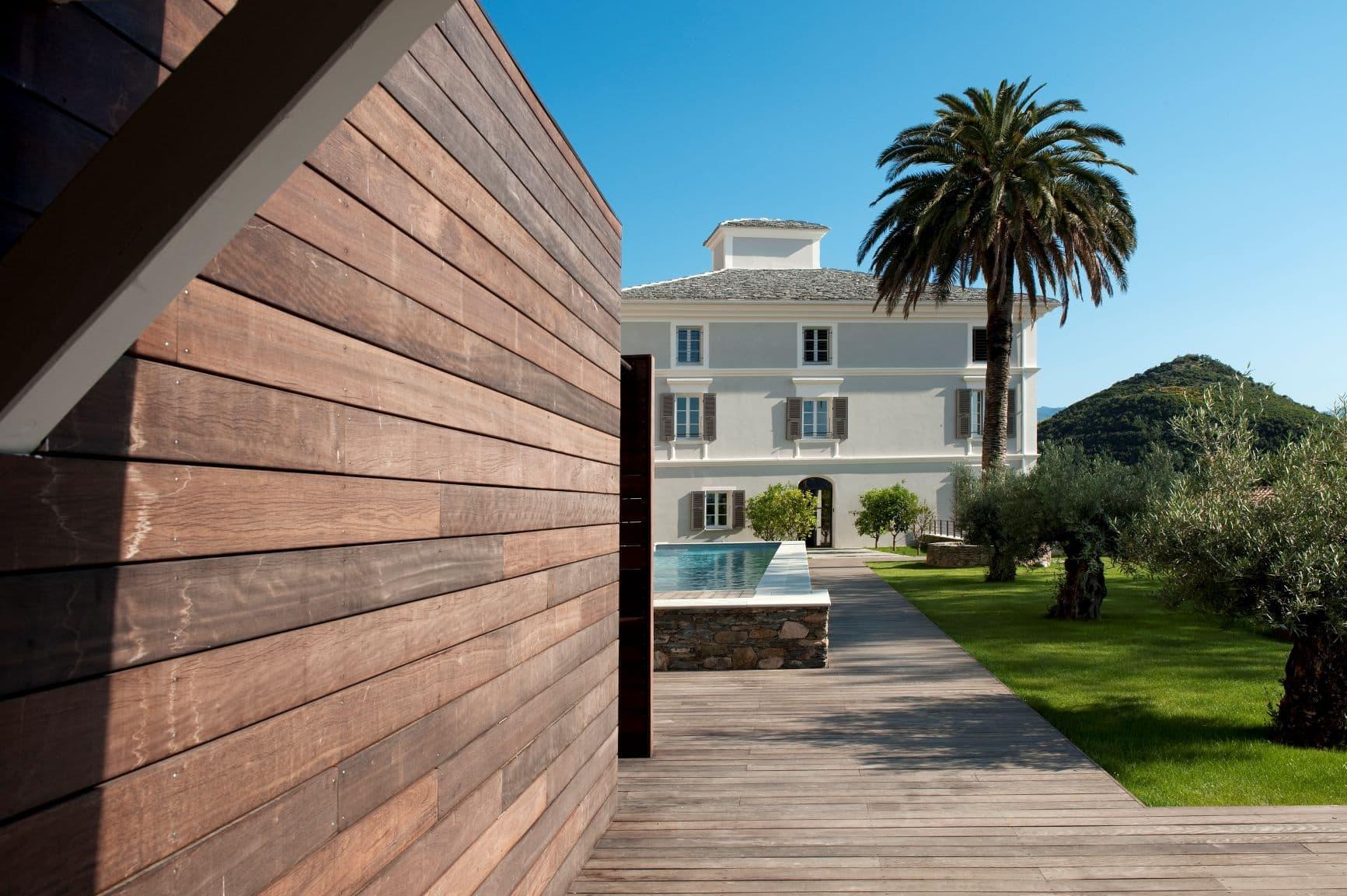 Garten- und Poolbereich im Aethos Corsica