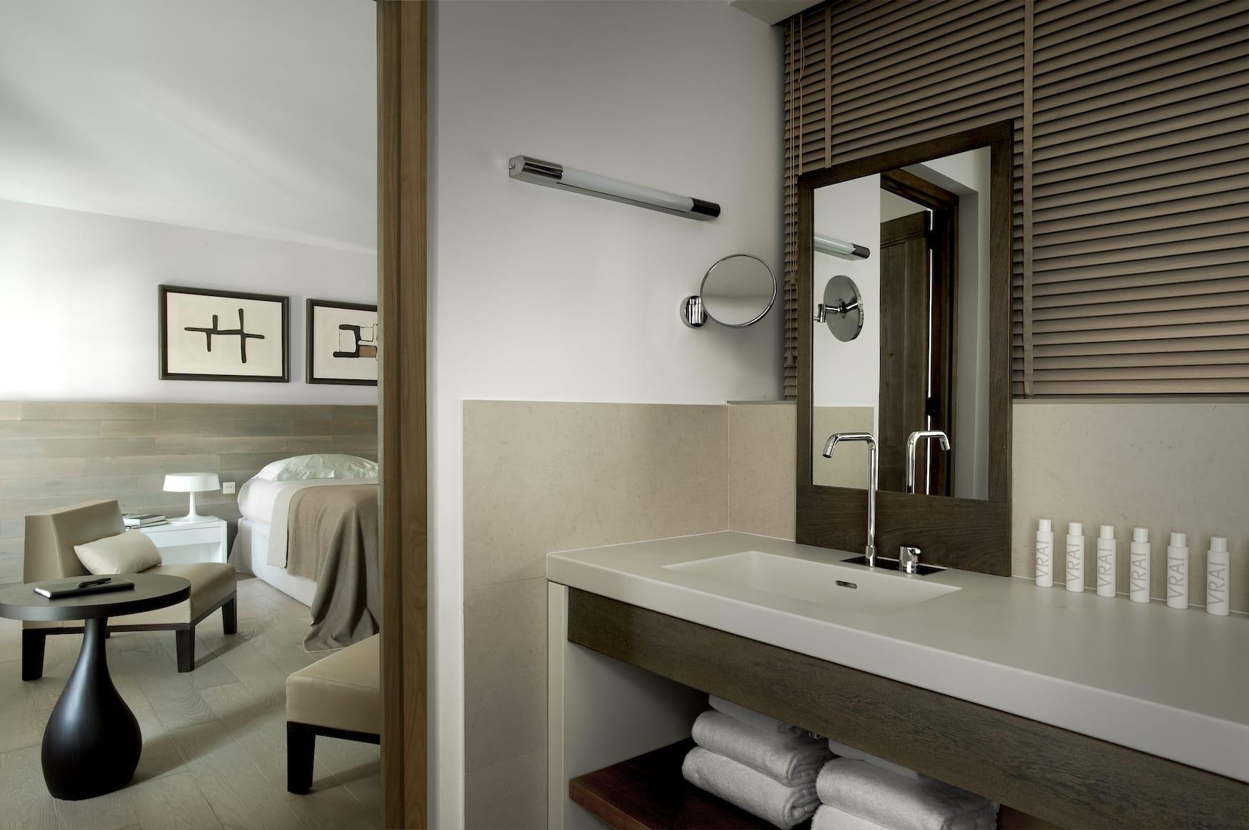 Hotelzimmer in neuem Hotel auf Korsika, minimalistisches Interior
